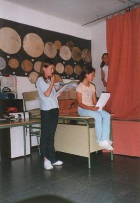 En pie, la Srta. Ana Belén. Sentada, Raquel, la narradora