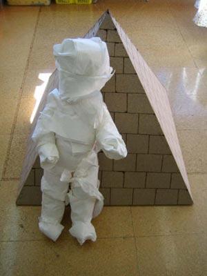 Construcción de una pirámide, momificación de un muñeco y elaboración de un sarcófago con momia