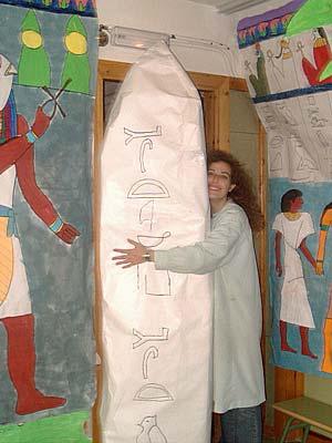¡Un obelisco! Yo sé que dentro del obelisco estaba escondido Stitch, el conocido personaje de Disney. ¿Qué cómo lo se? Porque pude leer los jeroglíficos escritos alrededor de todo el obelisco, y al descifrarlos descubrí el secreto