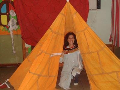 Y a su divertida maestra, la Srta. Gema, a la que os presenté antes, delante de su Pirámide, ¿a que os gustaría tener una pirámide en casa?