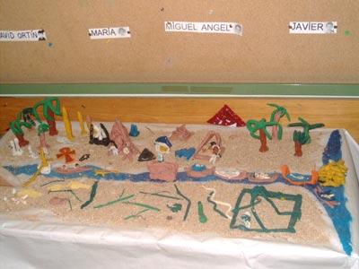 Esta es una maqueta de la vida en Egipto. Está elaborada con plastilina y muchísima ilusión. No faltan las palmeras, las pirámides y los obeliscos, las barcas portando momias por el Nilo, ummm… y multitud de serpientes