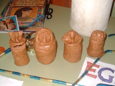 Todos los niños hicieron sus propios vasos canopos con barro