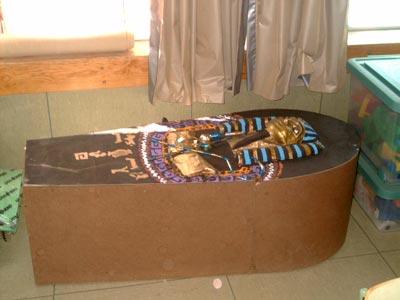 ¡Cómo iba a faltar! ¡El sarcófago!. Con ayuda de algunos padres fabricaron este precioso sarcófago