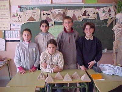Candela, Sonia, Aitor, Paula y Neus con las pirámides. Al fondo los papiros