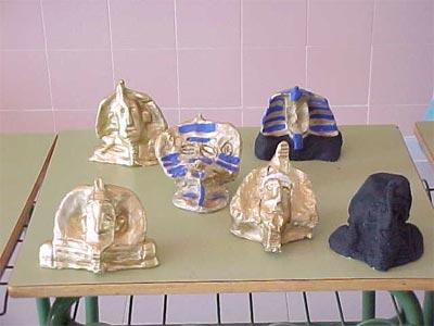 Máscaras funerarias hechas con barro y pintadas